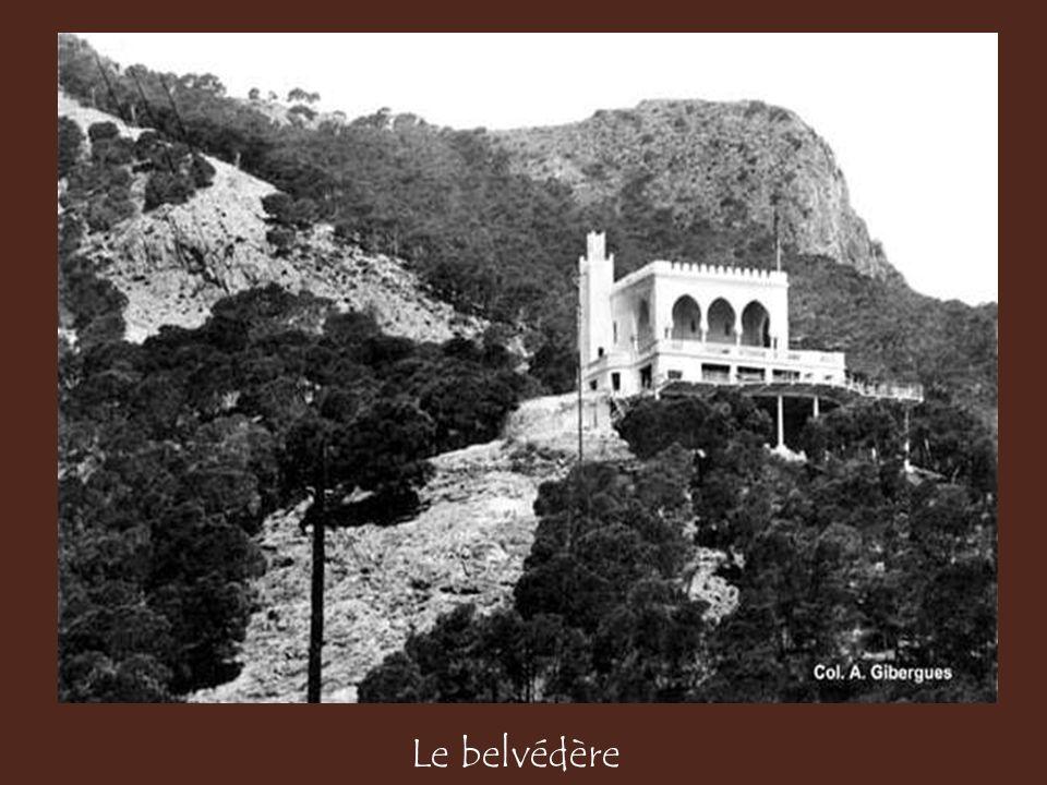 Après avoir parcouru les quartiers de la Marine et ceux de la haute ville, elle franchit le ravin Raz-el-Aïn, sortit des remparts par la porte du Sant