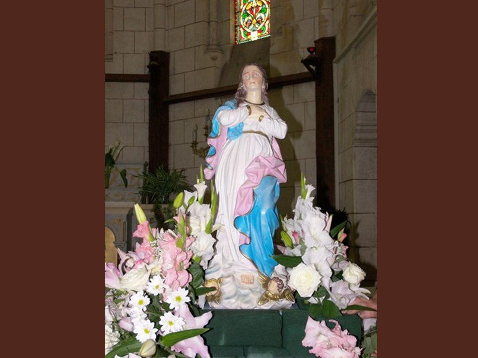 Et, soudain, le silence : la statue de la Vierge - don d'une sainte femme de la ville - paraît sur son trône de gloire... Alors carillonnent les cloch