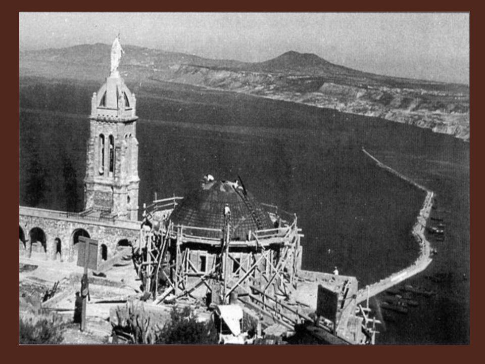 L'évêque d'Alger, avec tout le cérémonial voulu, installe en son nouveau sanctuaire, l'image de Celle qu'il vient d'établir gardienne de la Cité. Héla