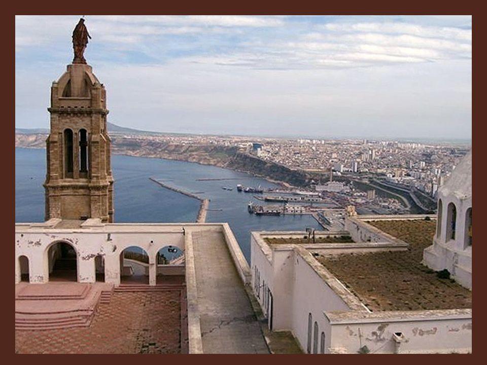 De ce sommet, Notre Dame du Salut, devenue Notre Dame de Santa Cruz, veillera et protégera les Oranais qui l'honoreront de réguliers pèlerinages. Ils