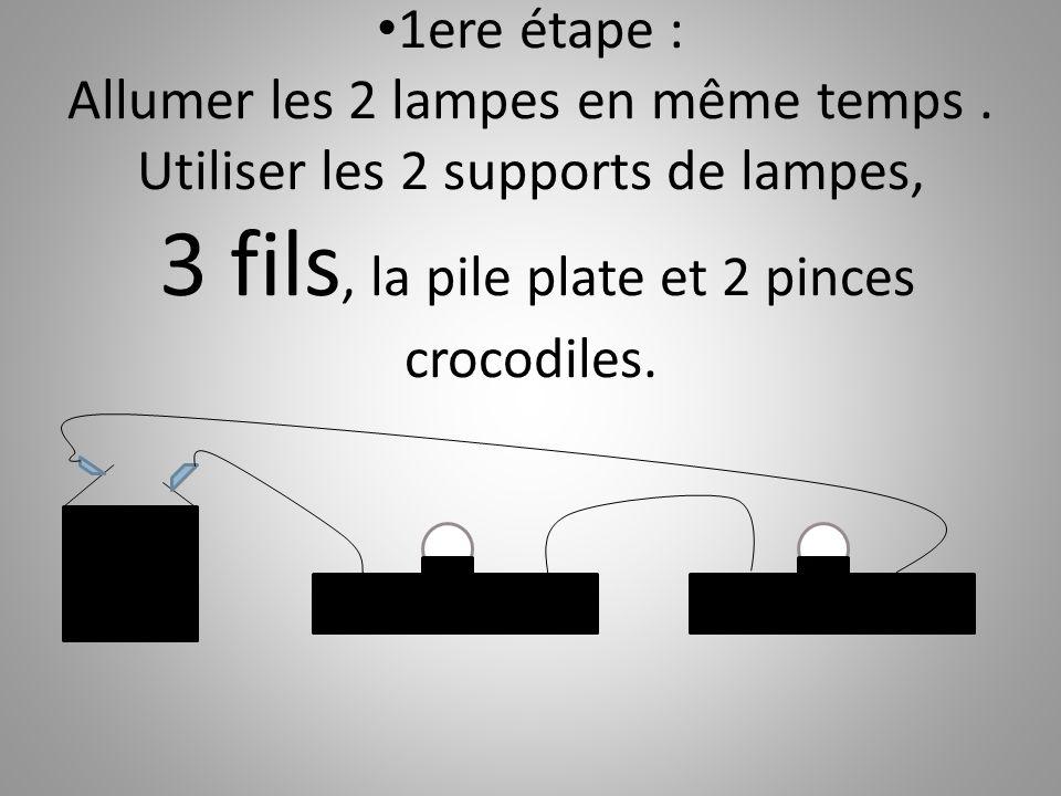1ere étape : Allumer les 2 lampes en même temps. Utiliser les 2 supports de lampes, 3 fils, la pile plate et 2 pinces crocodiles.