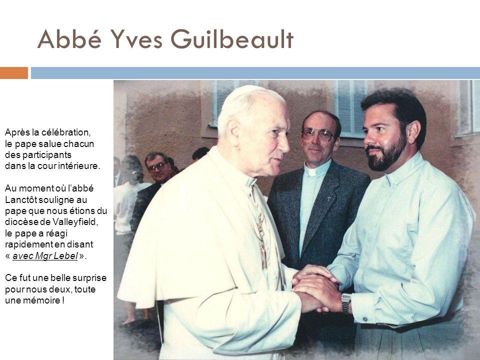 Abbé Yves Guilbeault Après la célébration, le pape salue chacun des participants dans la cour intérieure. Au moment où labbé Lanctôt souligne au pape