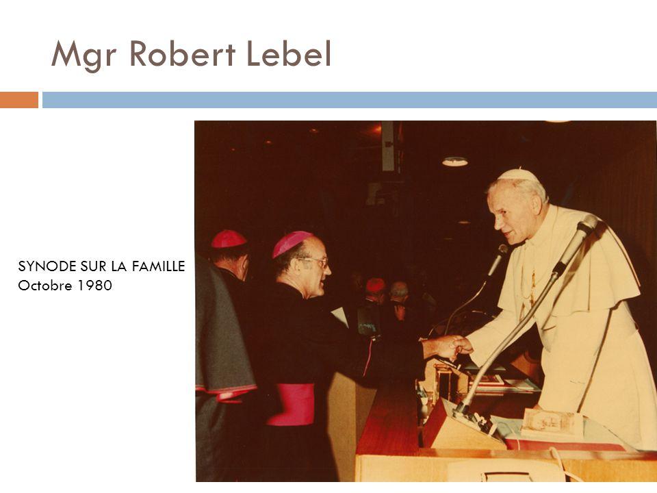 Mgr Robert Lebel, Chanoine Robert Tremblay 29 octobre 1980 Remise dune tapisserie, œuvre de Marie et Pierre Dionne et don de la paroisse Sainte-Cécile lors de son 125 e anniversaire