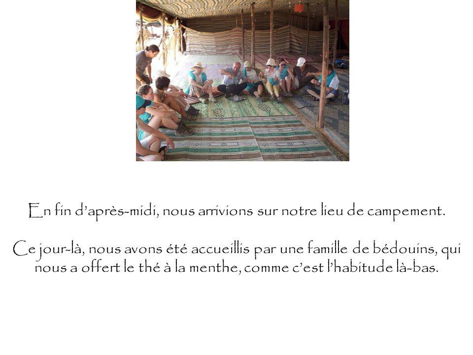 En fin daprès-midi, nous arrivions sur notre lieu de campement. Ce jour-là, nous avons été accueillis par une famille de bédouins, qui nous a offert l