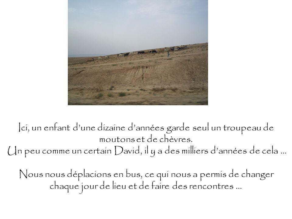 Ici, un enfant dune dizaine dannées garde seul un troupeau de moutons et de chèvres. Un peu comme un certain David, il y a des milliers dannées de cel