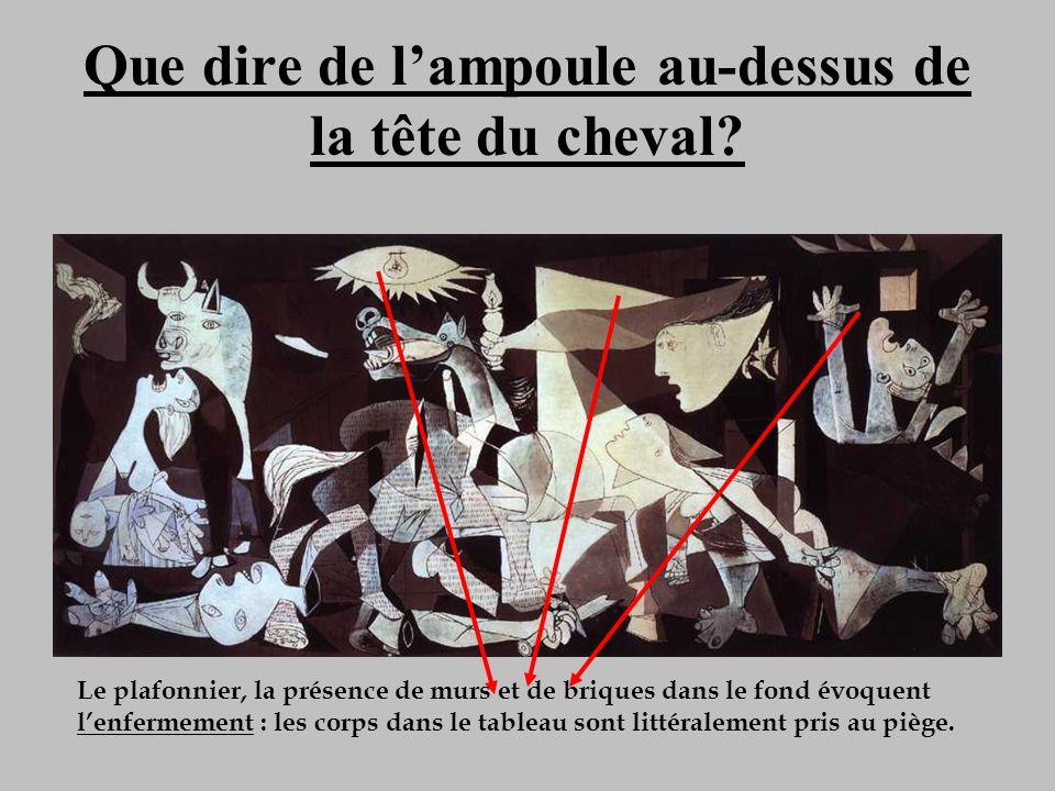 Que dire de lampoule au-dessus de la tête du cheval? Le plafonnier, la présence de murs et de briques dans le fond évoquent lenfermement : les corps d