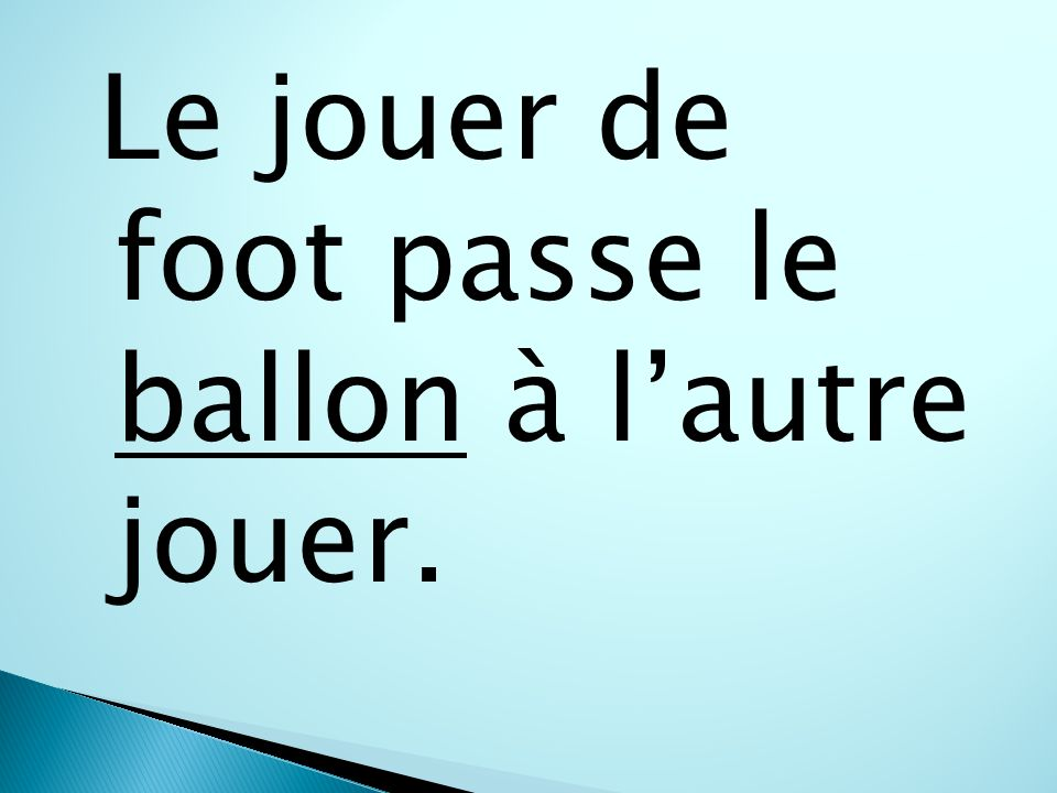 Le jouer de foot passe le ballon à lautre jouer.