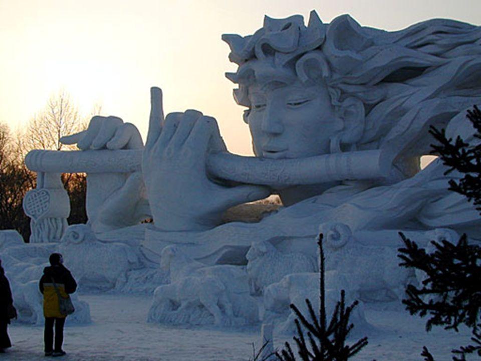 Ici on voit un coucher de soleil derrière l'entrée de la sculpture. Le Festival va jusqu'à ouvrir la zone urbaine située au nord de la rivière dans Ha