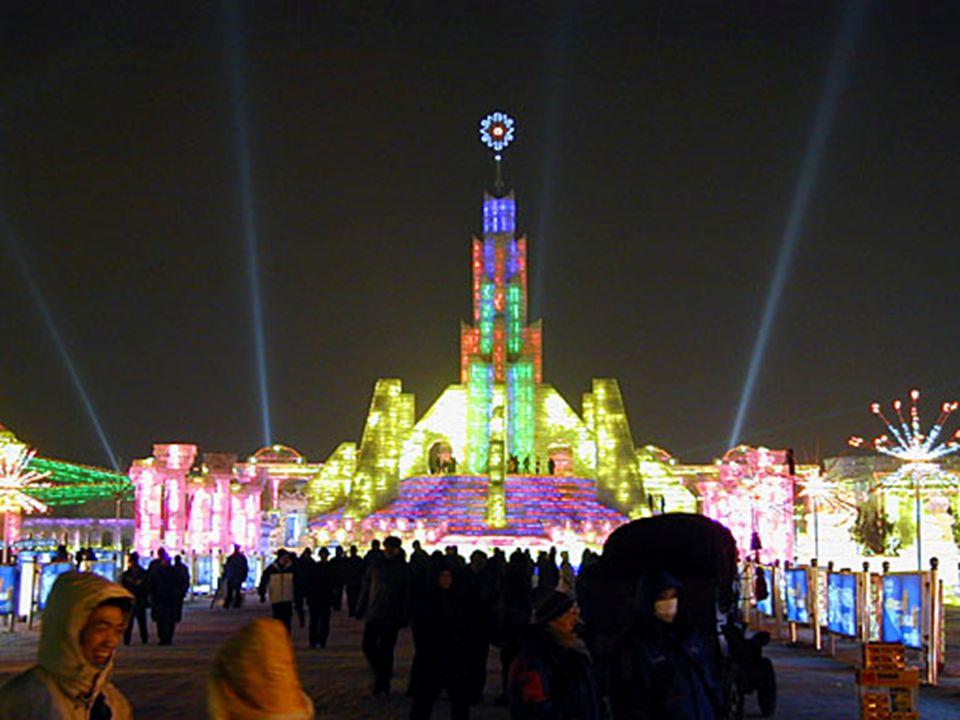 Voici un aperçu du festival de la glace. On pourrait penser, quon est à Disneyland. Partout, l'alimentation et les boissons se sont développés. La seu