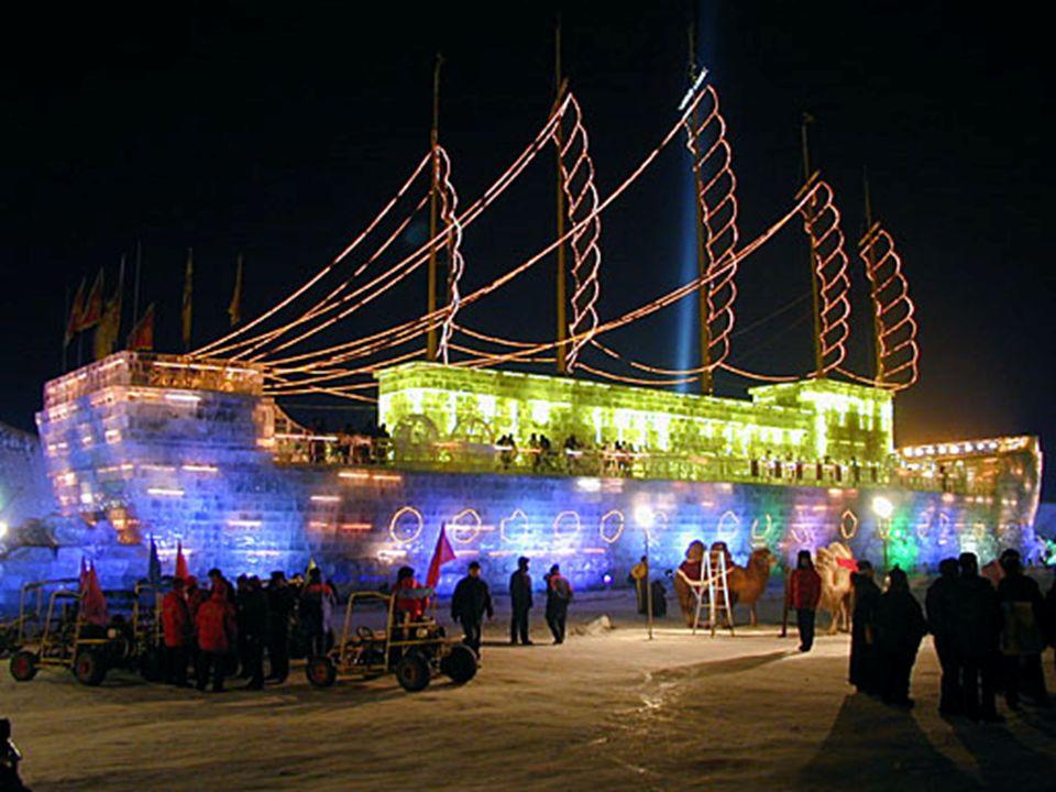 Un bateau (un Dschunke), entièrement construit de glace, avec des passagers à son bord.