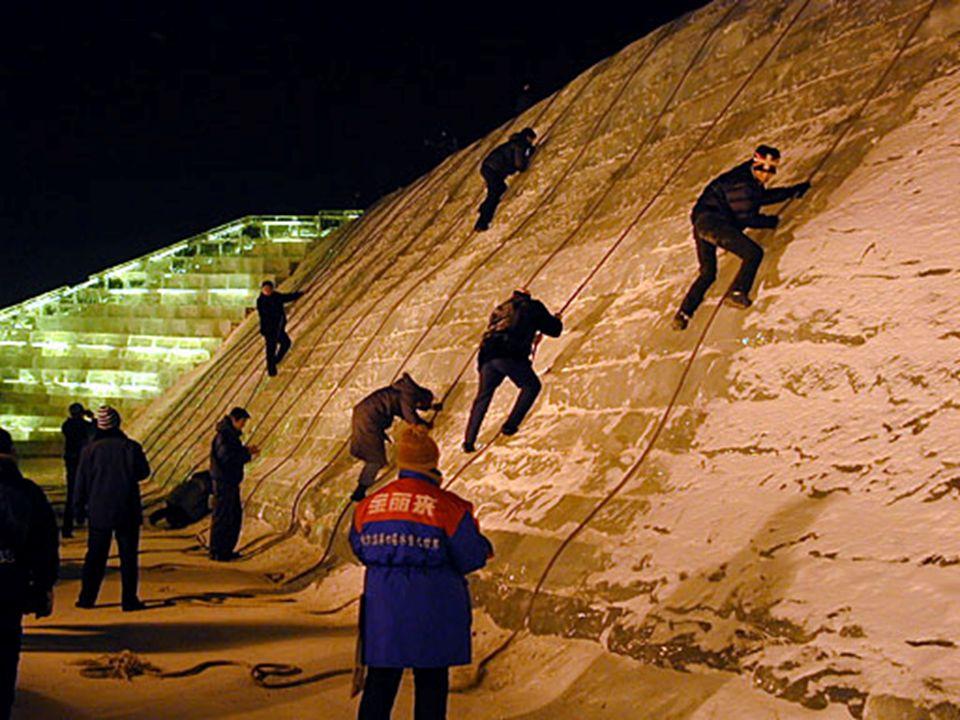 L'activité la plus populaire avec le festival est lescalade sur le grand mur de glace. L'ensemble de la glace vient de Chine. la Songhua Jiang, un aff