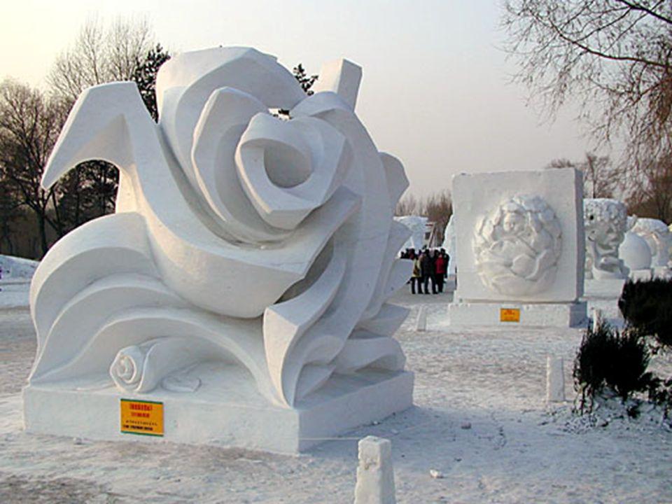 Le festival de glace s étend sur quelques kilomètres.