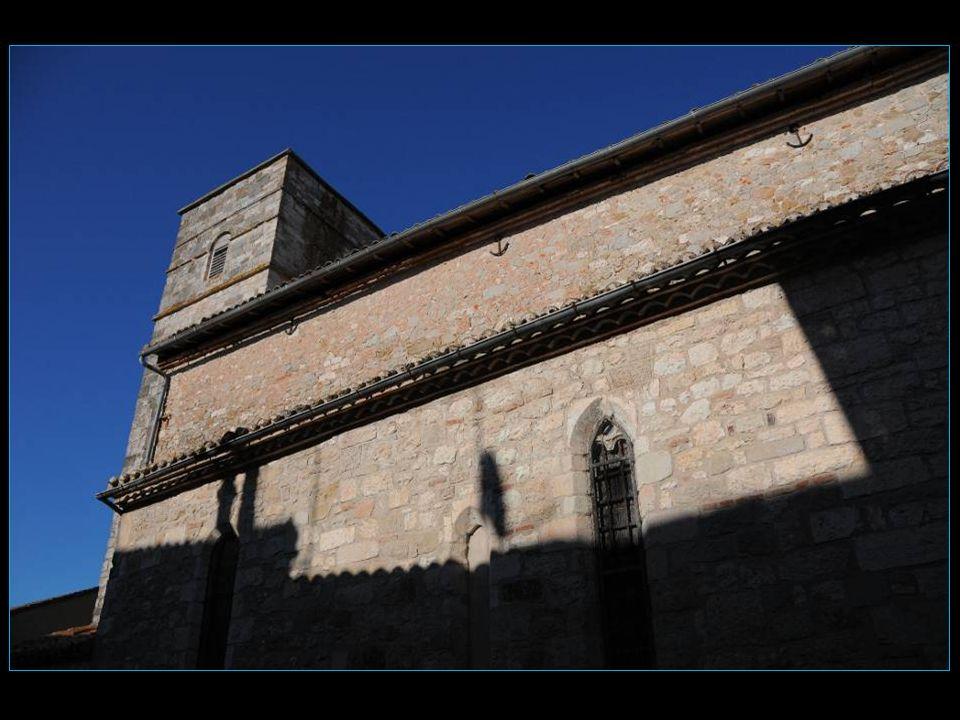 Le clocher de forme carrée avait à lorigine dix toises de hauteur. Soumise aux vents, la flèche fut remplacée par deux petites tourelles, puis une dal