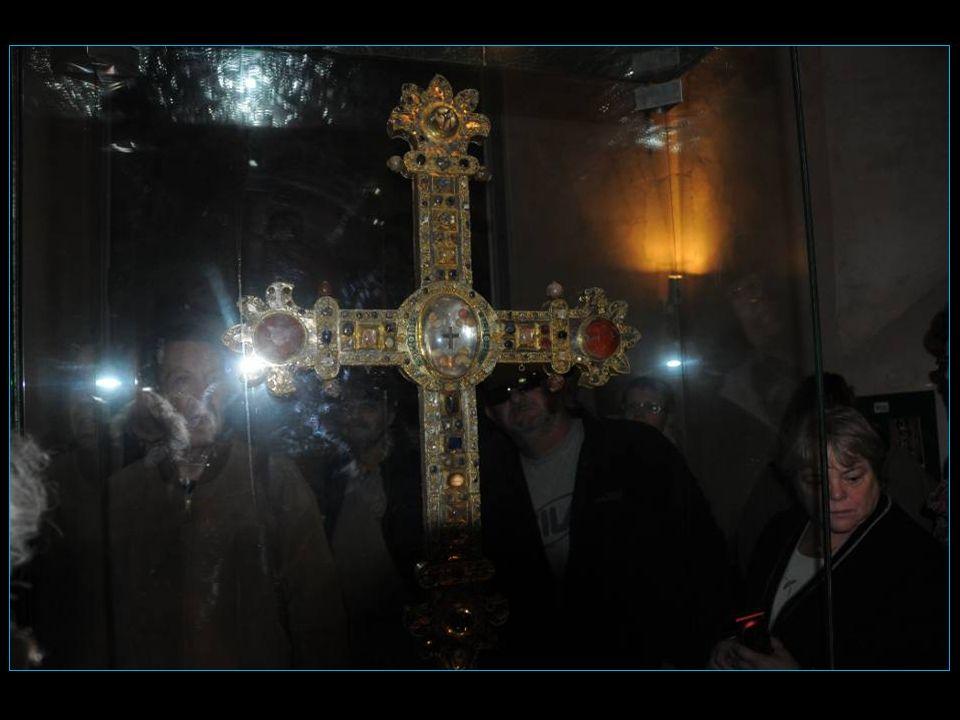 La croix reliquaire dite de Montmiral, exécutée en 1341 par un orfève dAlbi et achevée par un orfève de Toulouse après diverses vicissitudes