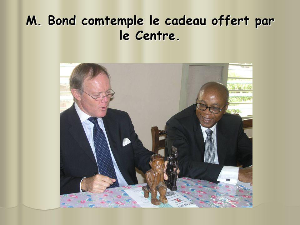 M. Bond comtemple le cadeau offert par le Centre.
