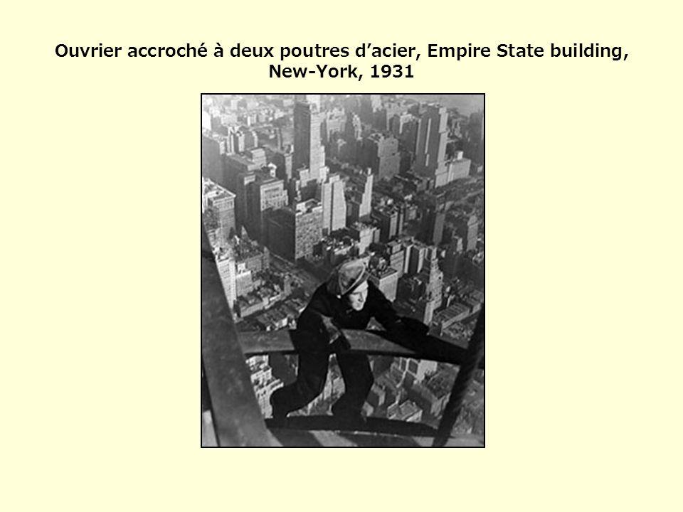 Ouvrier accroché à deux poutres dacier, Empire State building, New-York, 1931