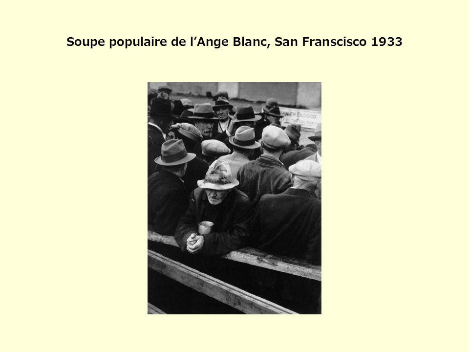« Soupe populaire de lAnge Blanc » est la 1 ère de nombreuses photographies dans lesquelles Dorothéa Lange nous invite à comprendre la crise que traverse cet homme isolé, âgé et pensif qui sest détourné du reste de la foule, dans lattente de sa ration de soupe.