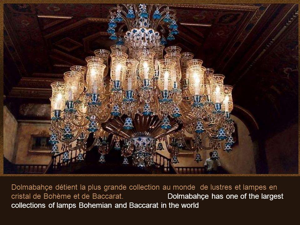 Dans le hall de cérémonie, le plus grand lustre du monde, en cristal de Bohème, pesant 4,5 tonnes avec 750 ampoules, cadeau de la Reine Victoria.. In