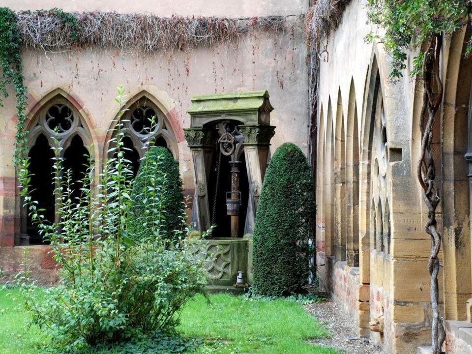 Le cloître de l'église des Dominicains, actuellement la bibliothèque municipale