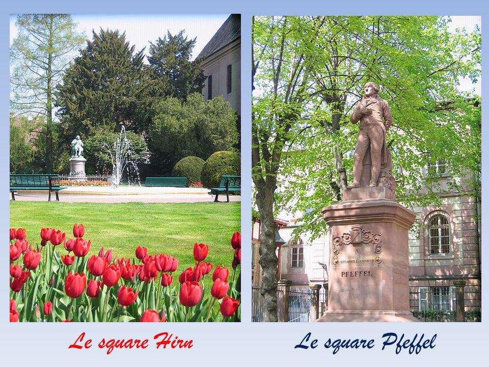 La statue de l'Amiral Bruat au centre du parc du Champs de Mars