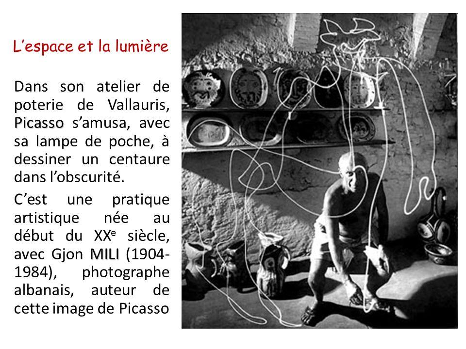 Lespace et la lumière Picasso Dans son atelier de poterie de Vallauris, Picasso samusa, avec sa lampe de poche, à dessiner un centaure dans lobscurité.
