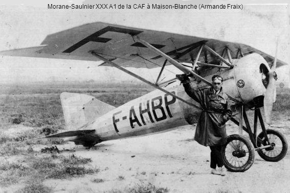 Le 12 avril 1937 à Maison-Blanche, arrivée du pilote de records Sadi-Lecointe, inspecteur général de lAviation populaire.