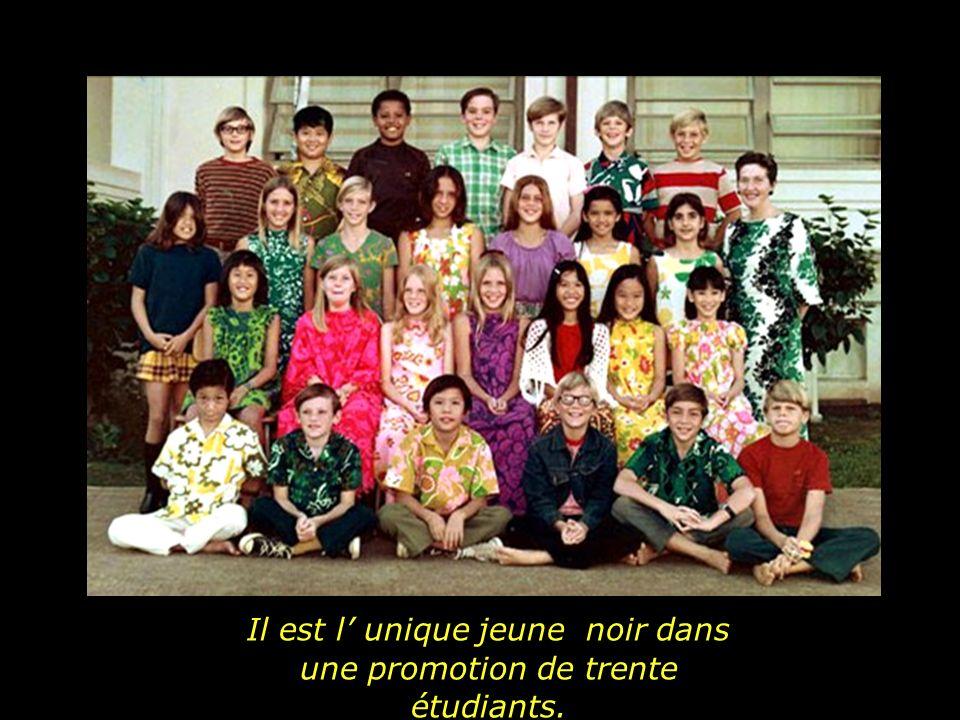 Et la vie continue. Barack Obama, à dix ans entre dans une école de Hawaii.
