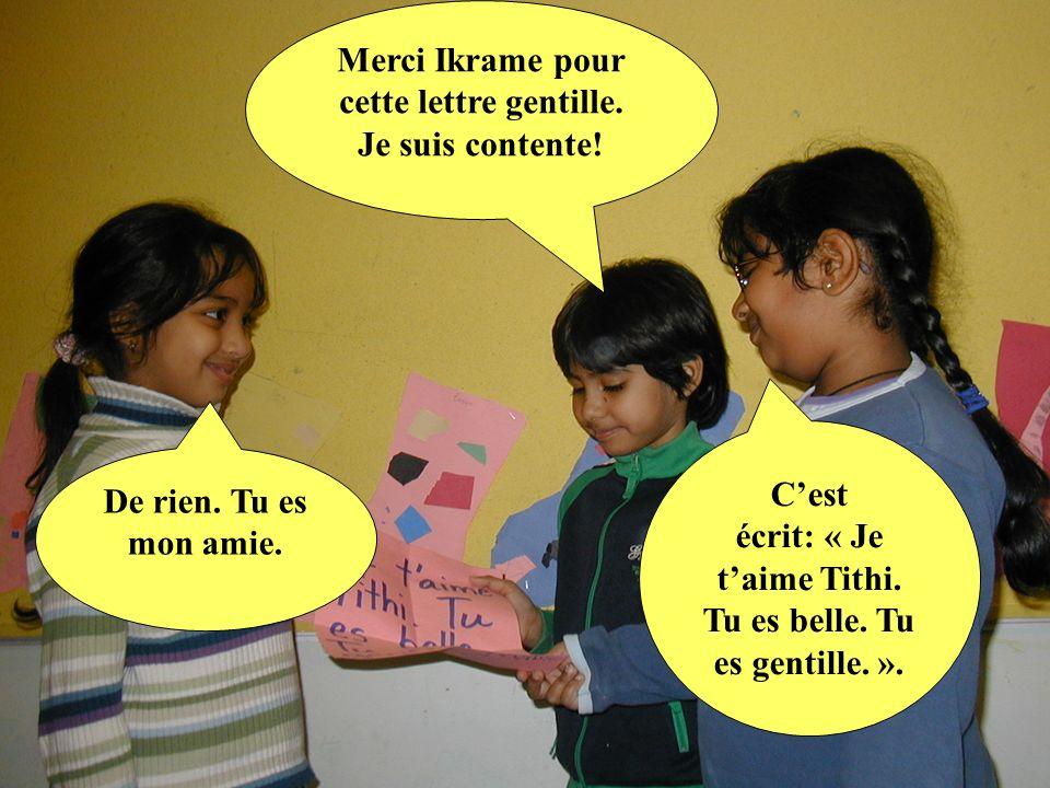 Cest écrit: « Je taime Tithi. Tu es belle. Tu es gentille. ». Merci Ikrame pour cette lettre gentille. Je suis contente! De rien. Tu es mon amie.