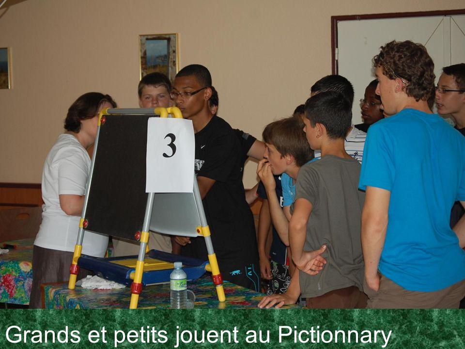 Grands et petits jouent au Pictionnary