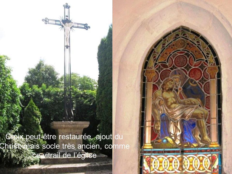 Croix peut-être restaurée, ajout du Christ, mais socle très ancien, comme ce vitrail de léglise