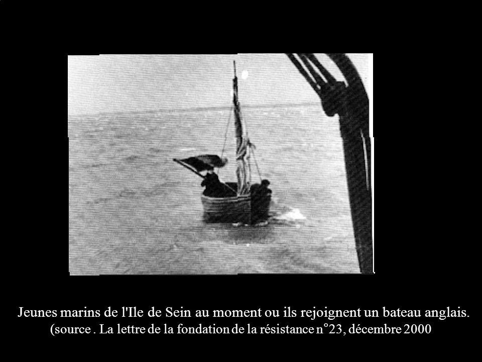 Jeunes marins de l'Ile de Sein au moment ou ils rejoignent un bateau anglais. (source. La lettre de la fondation de la résistance n°23, décembre 2000