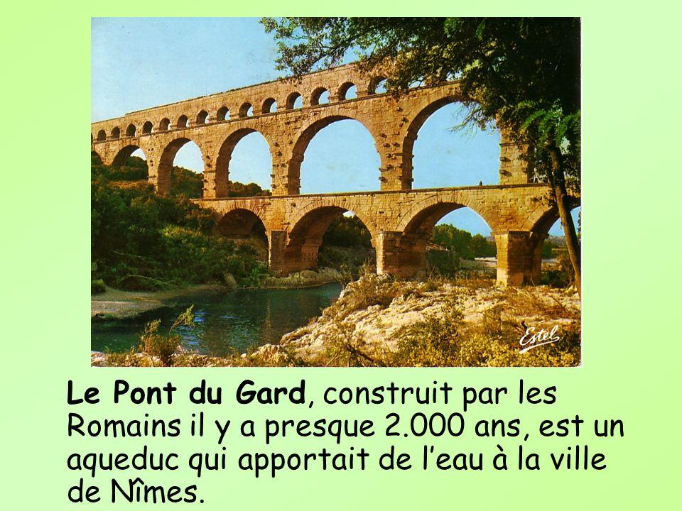 Le Pont du Gard, construit par les Romains il y a presque 2.000 ans, est un aqueduc qui apportait de leau à la ville de Nîmes.