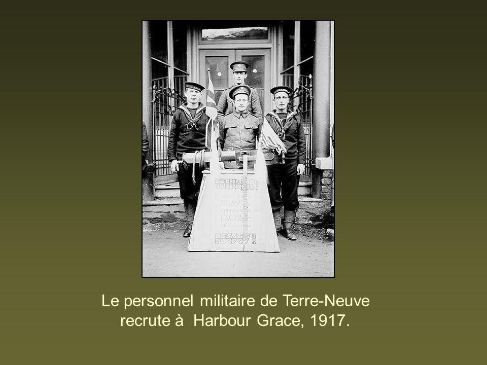 Le personnel militaire de Terre-Neuve recrute à Harbour Grace, 1917.