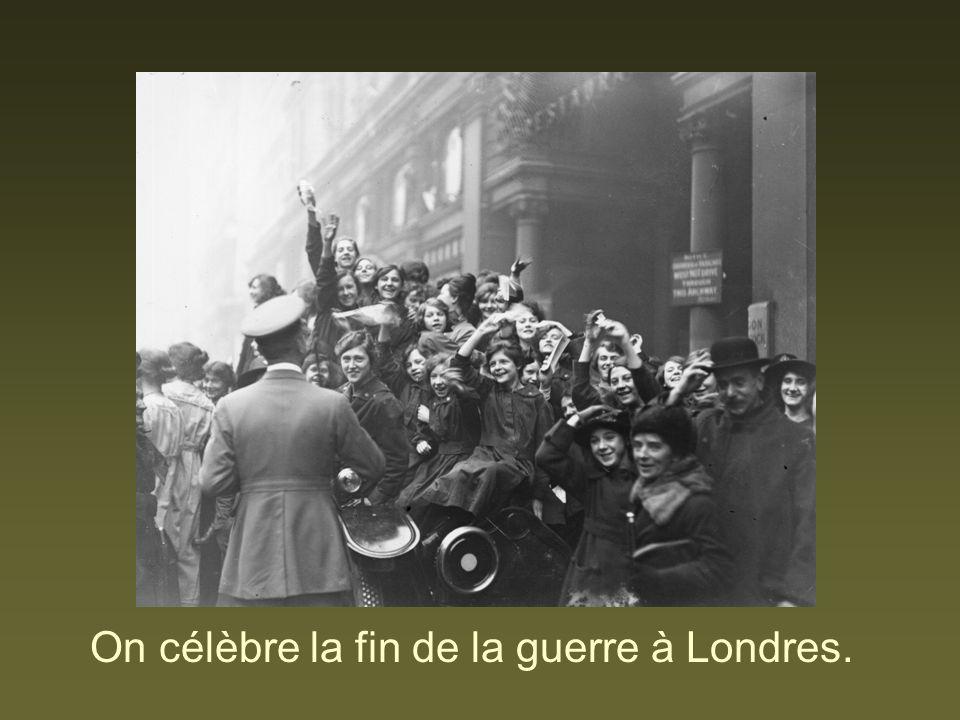 On célèbre la fin de la guerre à Londres.