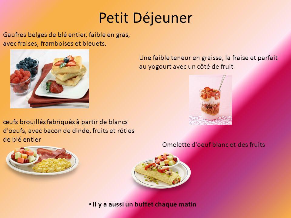 Petit Déjeuner Gaufres belges de blé entier, faible en gras, avec fraises, framboises et bleuets.