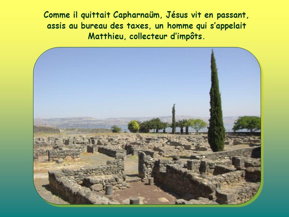 Comme il quittait Capharnaüm, Jésus vit en passant, assis au bureau des taxes, un homme qui sappelait Matthieu, collecteur dimpôts.