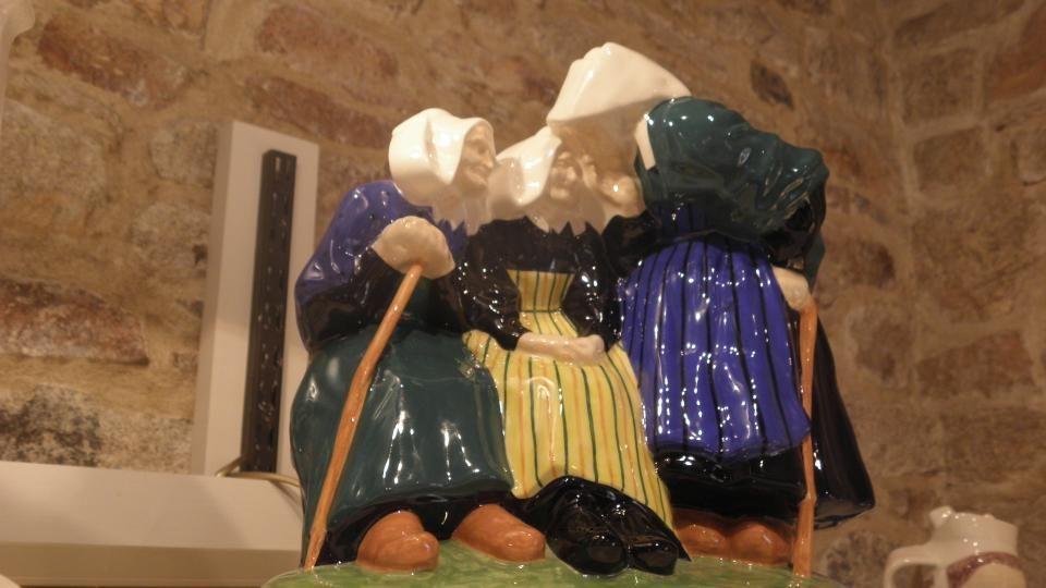 la faïencerie HENRIOT-QUIMPER Créée en 1690, HENRIOT - QUIMPER n ' a cessé depuis d ' innover, de faire appel à des artistes. Elle continue de faire c
