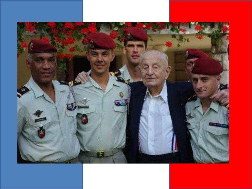 Le colonel Bigeard et le Lieutenant Grillot, chef du Commando Georges , sur l aéroport de Philippeville.