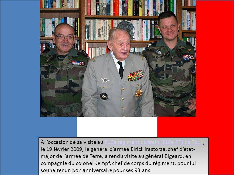 À loccasion de sa visite au 516e régiment du train (516e RT) de Toul, le 19 février 2009, le général darmée Elrick Irastorza, chef détat- major de larmée de Terre, a rendu visite au général Bigeard, en compagnie du colonel Kempf, chef de corps du régiment, pour lui souhaiter un bon anniversaire pour ses 93 ans.516e régiment du train (516e RT) de Toul À loccasion de sa visite au 516e régiment du train (516e RT) de Toul, le 19 février 2009, le général darmée Elrick Irastorza, chef détat- major de larmée de Terre, a rendu visite au général Bigeard, en compagnie du colonel Kempf, chef de corps du régiment, pour lui souhaiter un bon anniversaire pour ses 93 ans.516e régiment du train (516e RT) de Toul