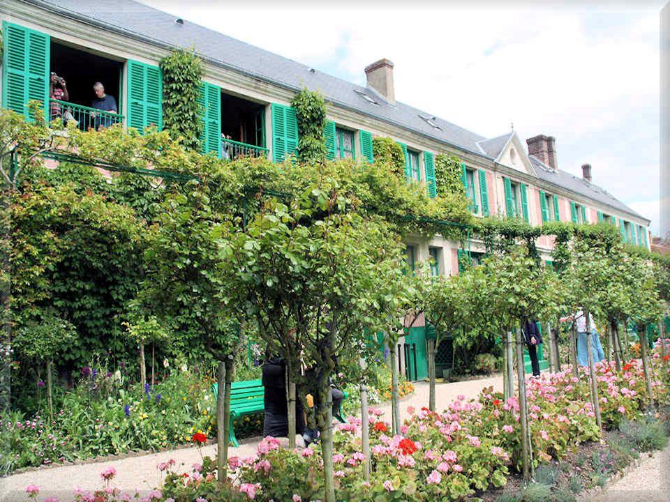 Les jardins de Monet sont divisés en deux parties : un jardin de fleurs devant la maison, qu on appelle le Clos Normand et un jardin d eau d inspiration japonaise de l autre côté de la route.