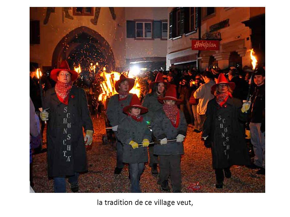 la tradition de ce village veut,