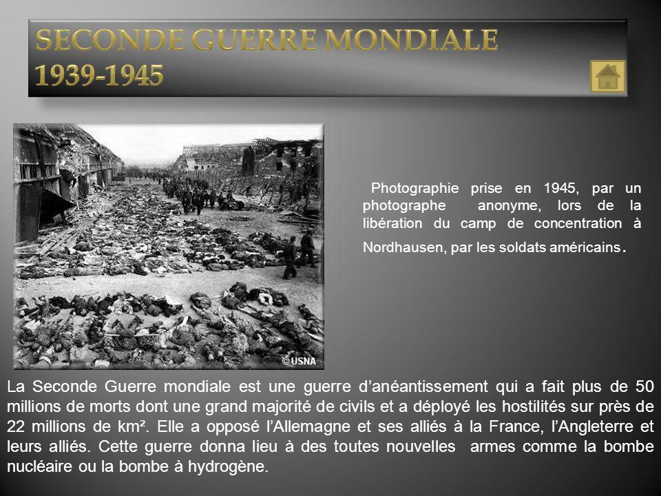 Ce document est une photographie en noir et blanc, prise le 18 juin 1940 lors de lappel du Général de Gaulle à Londres sur la radio de la BBC.