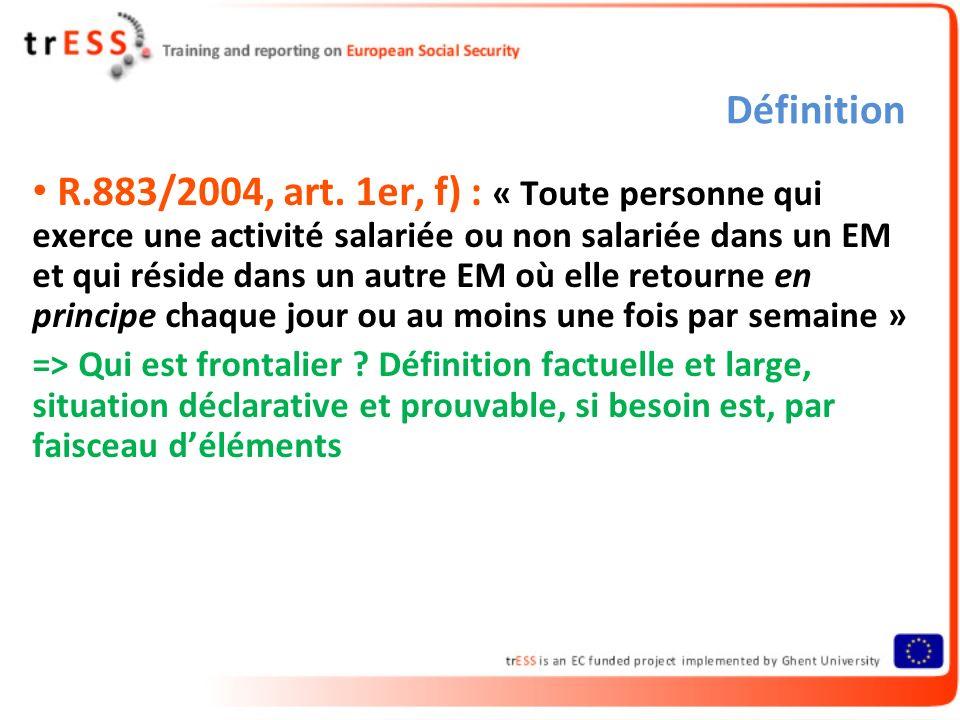 Définition R.883/2004, art. 1er, f) : « Toute personne qui exerce une activité salariée ou non salariée dans un EM et qui réside dans un autre EM où e