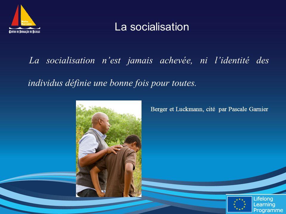 La socialisation La socialisation nest jamais achevée, ni lidentité des individus définie une bonne fois pour toutes.