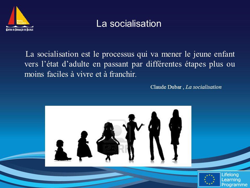 La socialisation La socialisation est le processus qui va mener le jeune enfant vers létat dadulte en passant par différentes étapes plus ou moins faciles à vivre et à franchir.