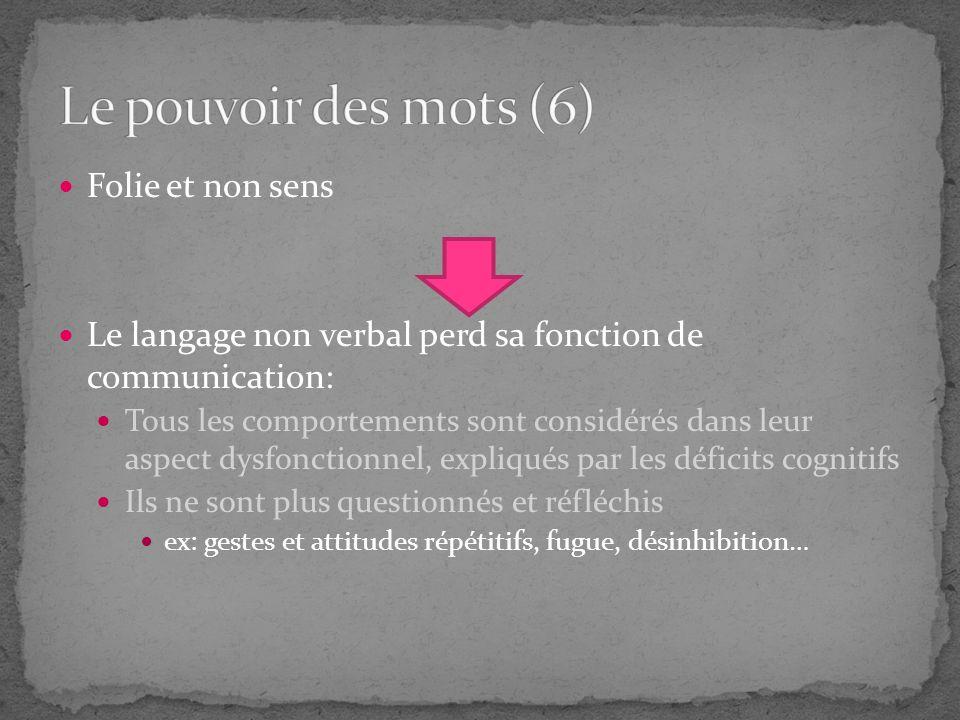 Folie et non sens Le langage non verbal perd sa fonction de communication: Tous les comportements sont considérés dans leur aspect dysfonctionnel, exp