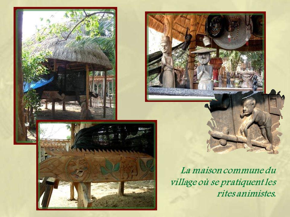 Non loin, découvrons le charmant village mhong de Bane Nong Bune où se pratique la sculpture.