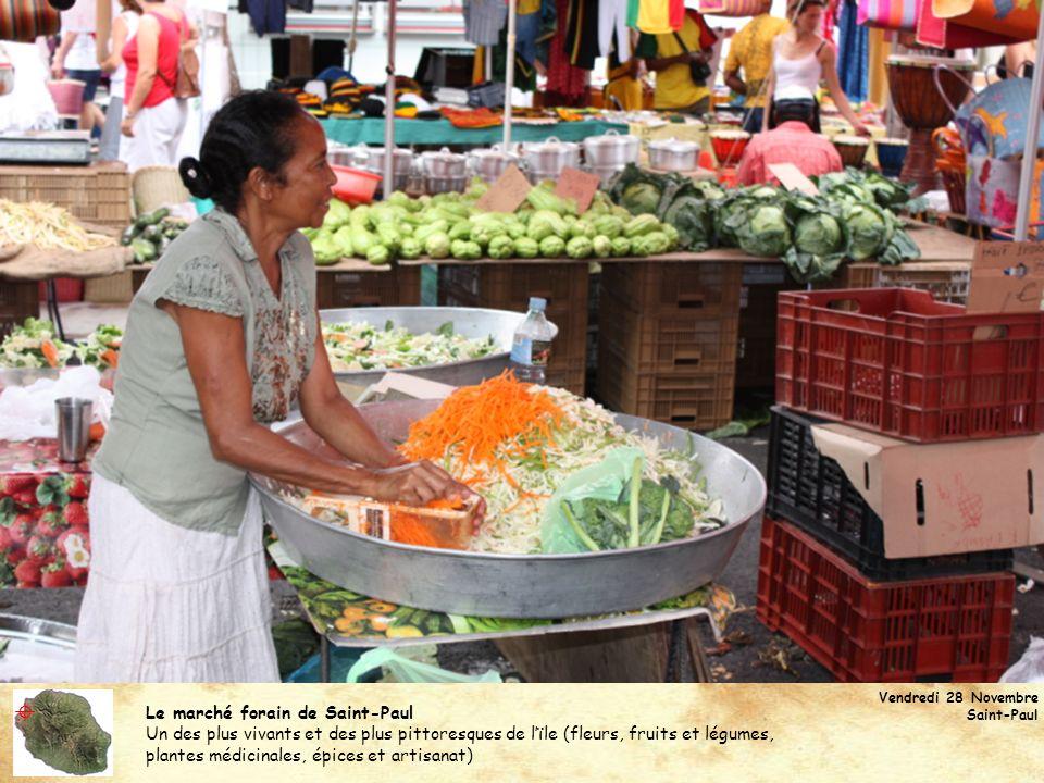 Le marché forain de Saint-Paul Un des plus vivants et des plus pittoresques de lïle (fleurs, fruits et légumes, plantes médicinales, épices et artisan
