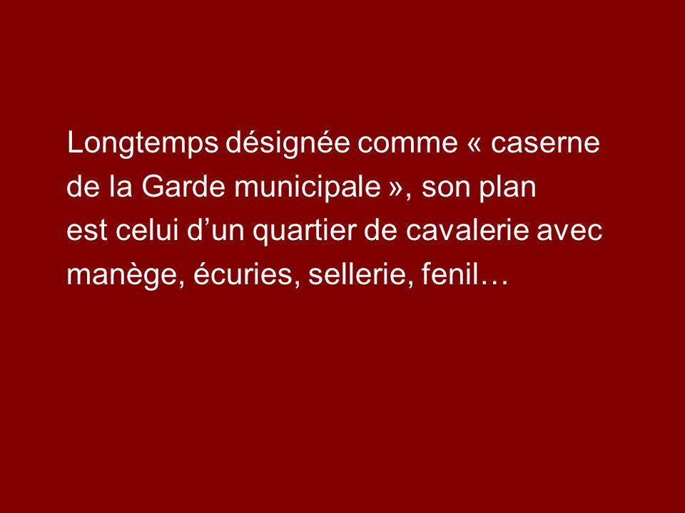 Longtemps désignée comme « caserne de la Garde municipale », son plan est celui dun quartier de cavalerie avec manège, écuries, sellerie, fenil…