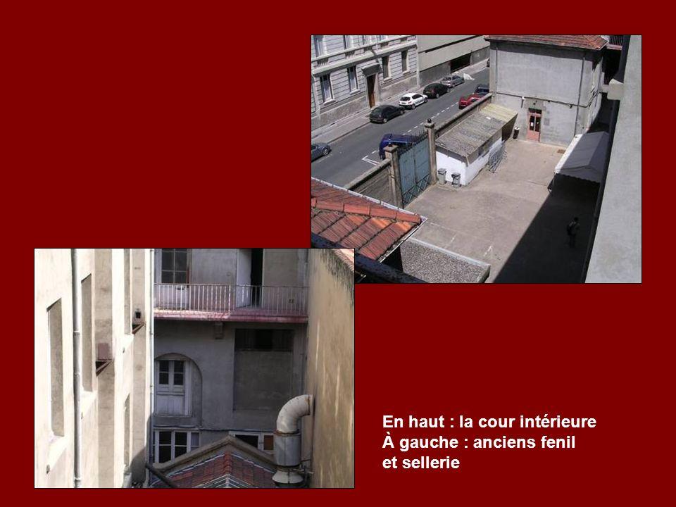 En haut : la cour intérieure À gauche : anciens fenil et sellerie